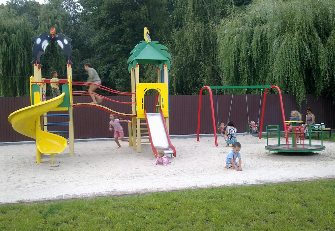 Дитячий майданчик в Рожнах